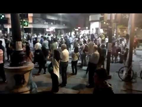 La gente con cacerolas salió a repudiar en 7 y 50 la política de ajuste de Macri
