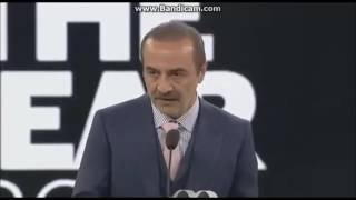 GQ ödül töreninde Yılmaz Erdoğan'ın kıvanca takılması