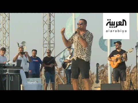 العرب اليوم - شاهد: عمرو دياب يغني لرواد كروز السعودية على شاطئ الرأس الأبيض