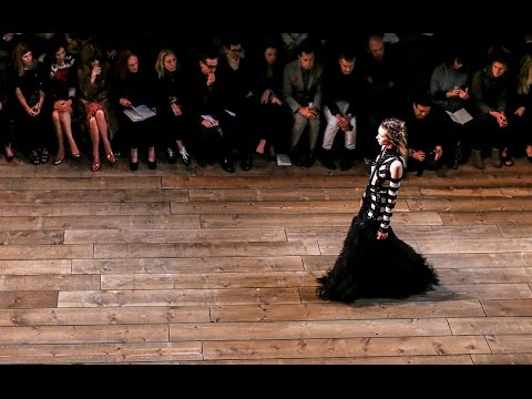 Alexander McQueen - Δείτε όλη την κολεξιόν του για την άνοιξη 2016 (Full fashion show)  thumbnail