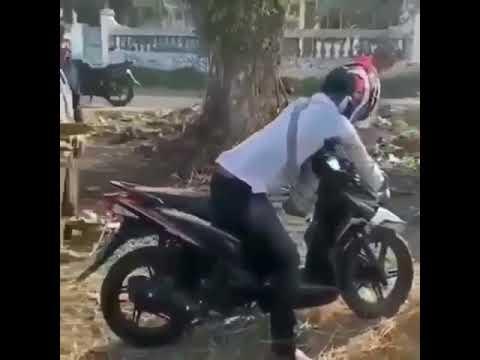 Seorang laki-laki di curigai warga meninggal dunia di atas motorr