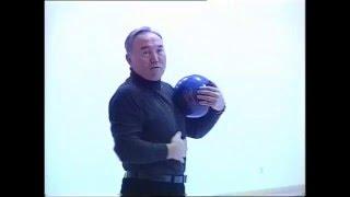 Назарбаев играет в боулинг