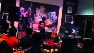 Sorak Histeris dan Tepuk Tangan penonton  di Acara Launching Album Moexin