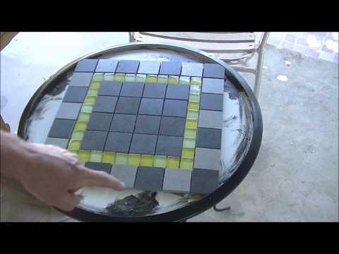 Fare un mosaico su semplice tavolino in ferro.
