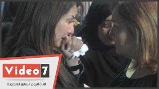 بالفيديو.. صابرين ومادلين طبر وآثار الحكيم وبوسى شلبى فى عزاء زوج الفنانة أمل رزق