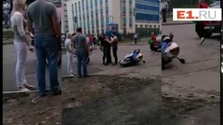 В Екатеринбурге сотрудники ДПС на мотоциклах задержали байкера