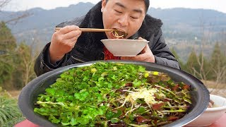 Eating outdoors, big bowl of fold ears, stir-fried pork head with green pepper, it's fun!