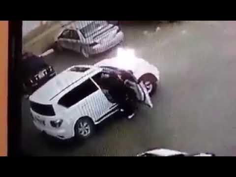 بالفيديو.. عصابة مسلحة تقتحم سيارة للشرطة وتسترد مليون يورو في بنغازي