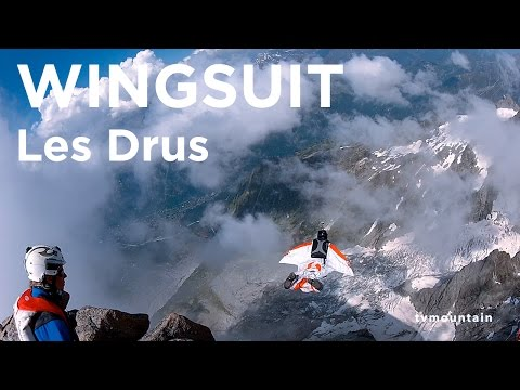 Pierwszy skok w kombinezonie wingsuit ze szczytu Les Drus w masywie Mont-Blanc