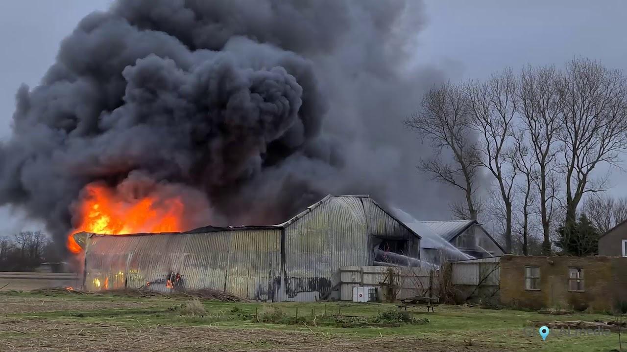 Veel rook bij grote brand in schuur Anna Paulowna, hondenopvang loopt gevaar * 29-01-2021