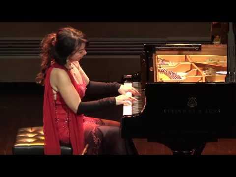 Πιανίστρια συνεχίζει το σόλο της, ενώ το πιάνο... πηγαινοέρχεται επί σκηνής!