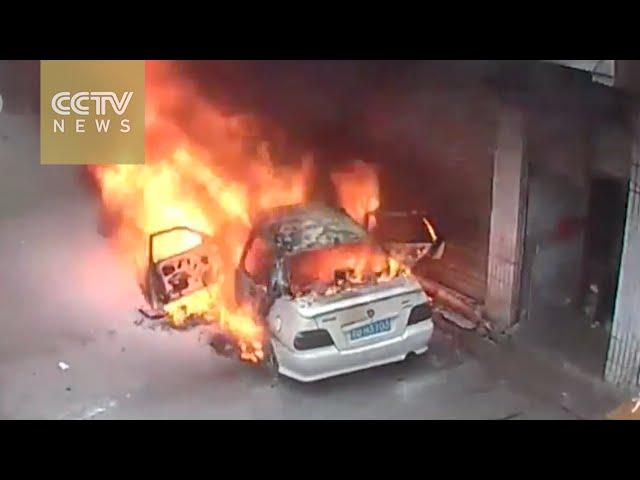 أطفال يقومون بإشعال سيارة باستخدام الألعاب النارية في الصين
