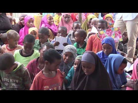 العرب اليوم - شاهد: طلاب يتطوعون لتعليم أطفال النازحين في الصومال