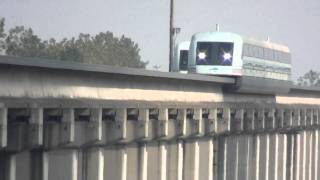 preview picture of video 'Shanghai Maglev Passes By Overpass At 300 km/h'