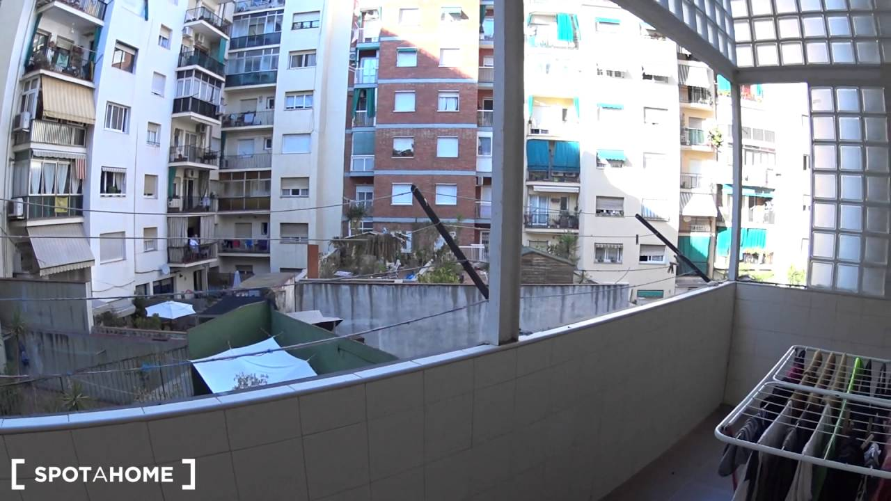 Rooms for rent in 4-bedroom apartment with balcony in Eixample Esquerra