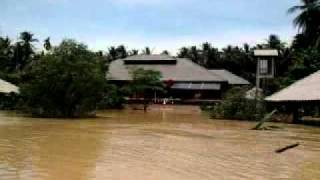 preview picture of video 'Flood in Surat Thani - Boattrip from Surat Thani to Phun Phin on the Tapi River 2of5 - 03.04.2011'