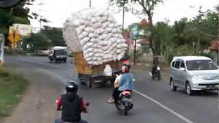 فيديو: شاحنة تسقط بسبب الحمولة الزائدة