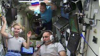 Первый орбитальный киноэкипаж вышел на прямую связь.