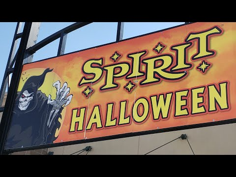 we made it back to the spirit halloween store checking out the new animatronic stuff