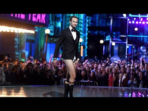 Nsfw Alexander Skarsgard Goes Pantsless On Stage At The Mtv Movie Awards
