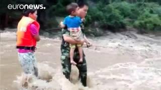 Китай:  потоки воды на улицах