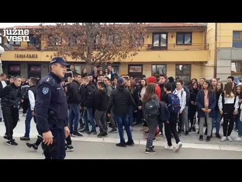 Uvrede i napadi mladih na antigej protestu u Leskovcu - poraz društva i dokaz homofobičnosti