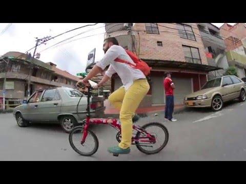 Sebastián usa su bicicleta plegable para conectarse con el METRO