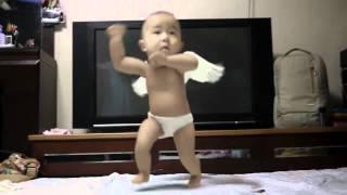 """Смотреть онлайн """"Gangnam Style"""" мастер-класс от двухлетнего малыша"""