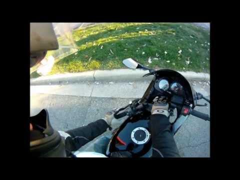 Mentre fa benzina la sua moto prende fuoco