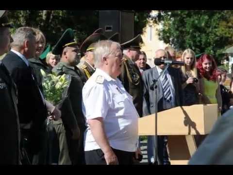 Фото: Ректор БелГУТа Сенько В. И. исполняет песню выпускникам