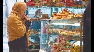 Просила Бога послать 100 рублей на еду… Эта бедно одетая бабушка долго выбирала консервы подешевле