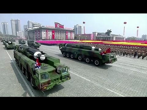 """Kimovi Korejci """"nadšeně"""" slavili 105. narozeniny. K pobřeží pluje Trumpova válečná flotila"""