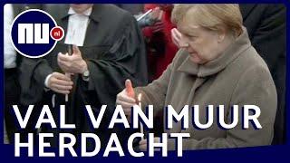 Angela Merkel plaatst kaars bij gedenkteken Berlijnse Muur