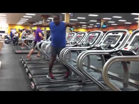 Anh da đen nhảy trên máy chạy bộ