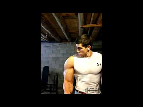 Lexercice pour les muscles du dos et les épaules avec les haltères