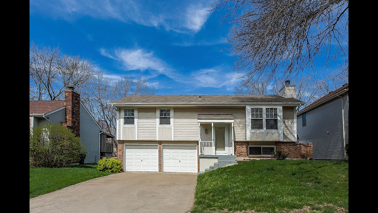 NEW LISTING - Updates Galore in Olathe Trails! HURRY! Move Right In!