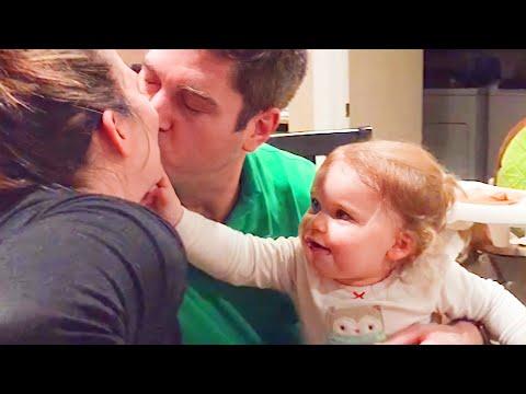 מה קורה כשילדים קטנים רואים את ההורים שלהם מתנשקים?