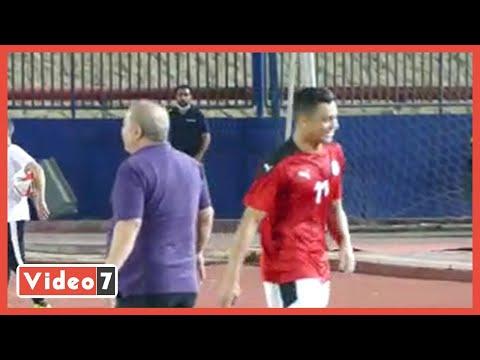مصطفى محمد يمتزح شوقى غريب ودكة المنتخب الأولمبي عقب تغيره أمام جنوب أفريقيا