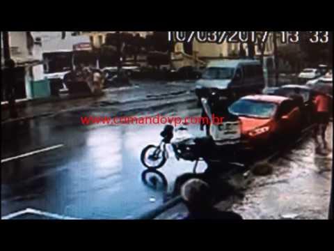 Motociclista é lançado longe após acidente