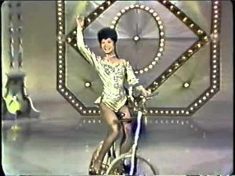בלרינה על אופני זהב