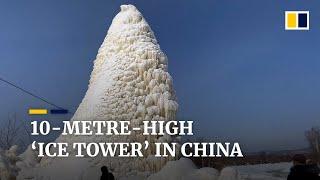 """10-metrowa """"wieża lodowa"""" w Chinach powstała po tryskaniu wody ze studni."""