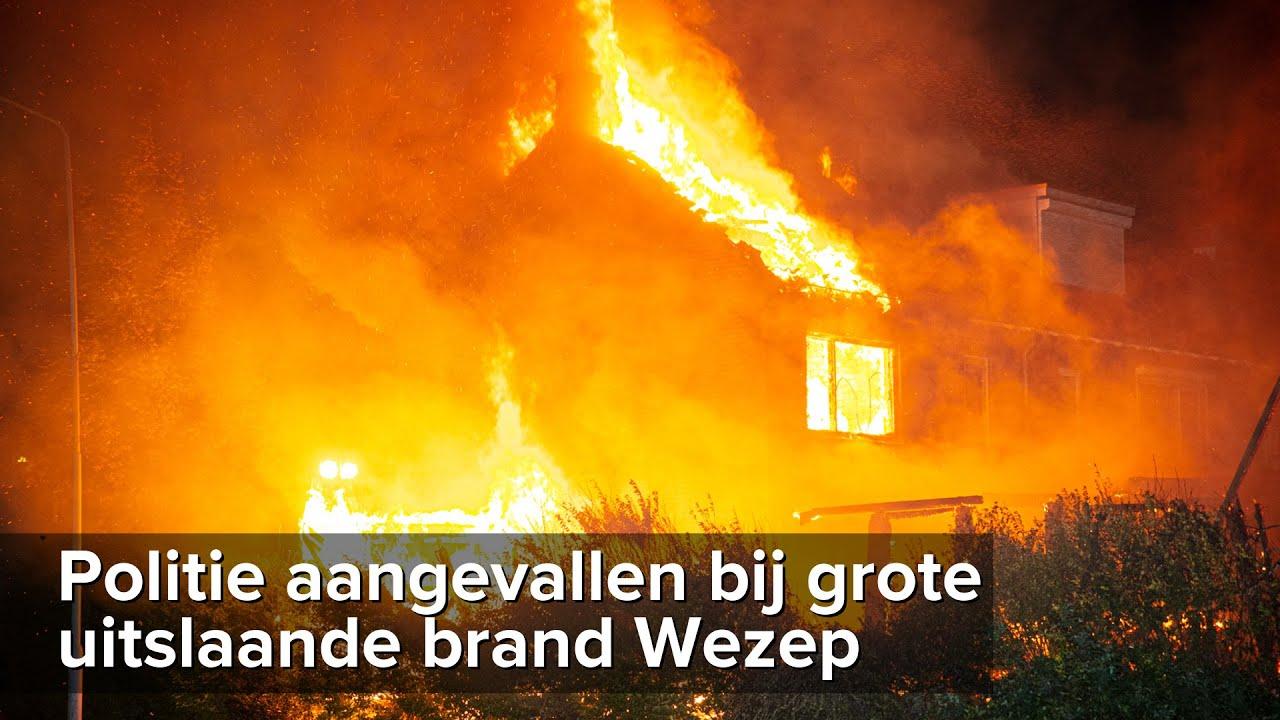 Politie aangevallen bij grote uitslaande brand in Wezep – ©StefanVerkerk.nl