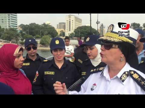 الشرطة النسائية للفتيات على «قصر النيل»: «مش عاوزينكم تخافو»