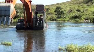 Экскаватор Hitachi через реку.avi