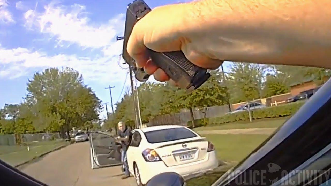Полицейские застрелили водителя доставшего пистолет в Техасе