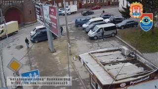 Пешеход, переходящий на красный свет, оказался под колесами автомобиля