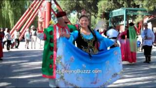 Video : China : XinJiang-style dance in BeiHai Park 北海公园, BeiJing