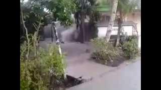 preview picture of video 'Semburan Lumpur Dan Gas Muncul Di Manggar.  Balikpapan Part 1'