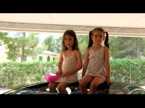 Katya y Martina encima del coche