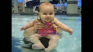 BABY ELIANA GOES SWIMMING AND KICKS LIKE A FROG! SOOOO CUTE